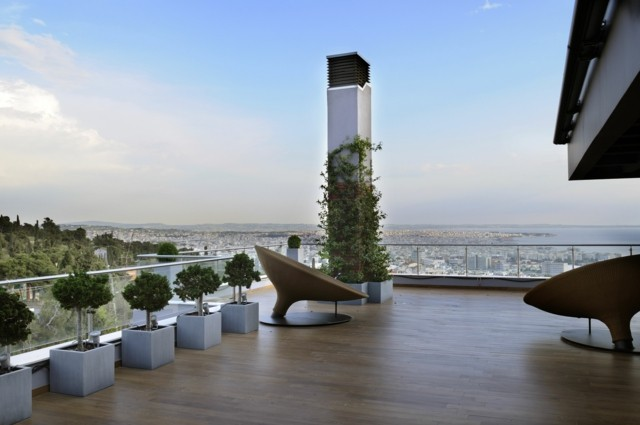sillas interesantes macetas terraza helechos moderna