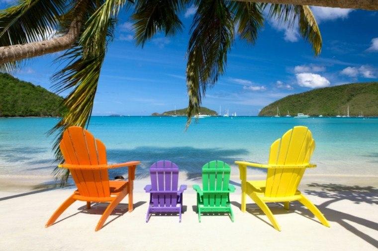 sillas madera coloridas playa palmeras