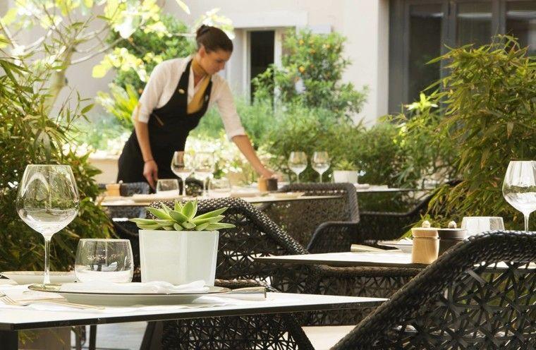 sillas mesas copas restaurante tejidos