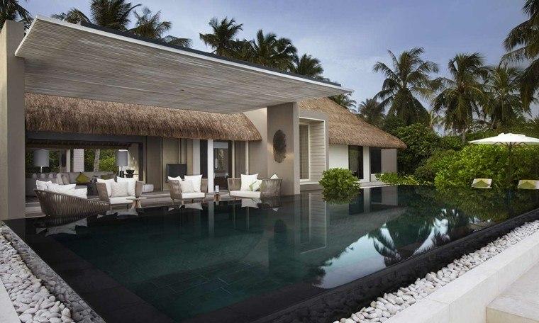 sillas piscina plantas jardin diseño