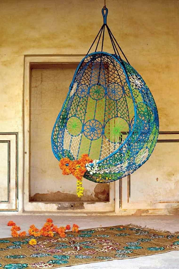 sillones colgantes jardín colores vibrantes alegre