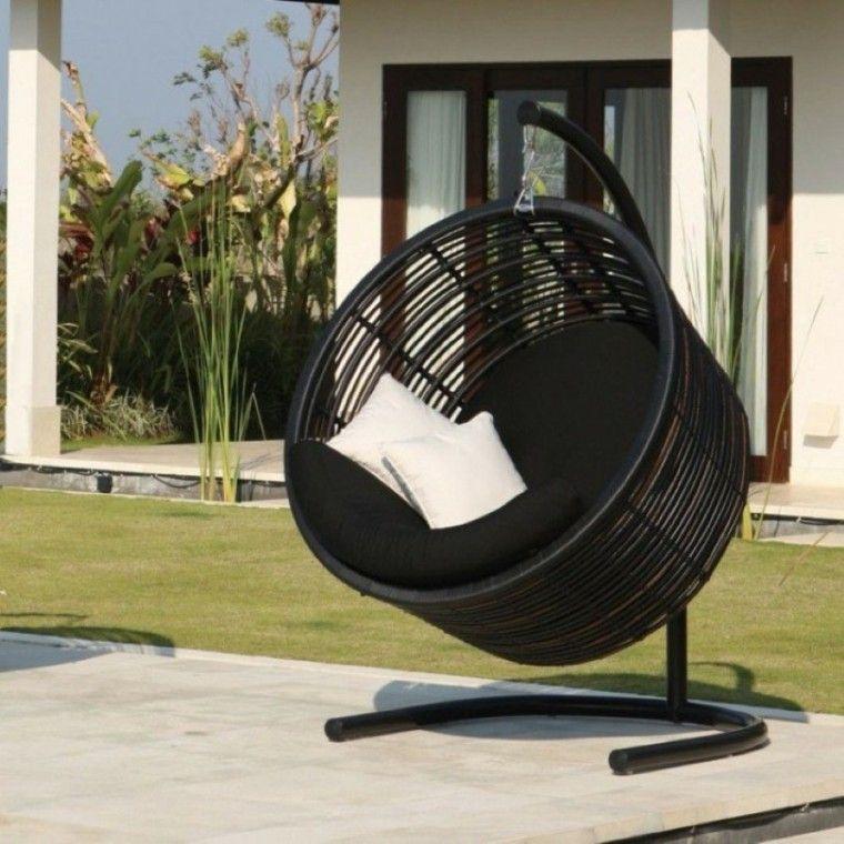 sillones colgantes de jardín forma circular color negro moderno
