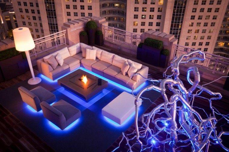 sofas luces debajo moradas terraza