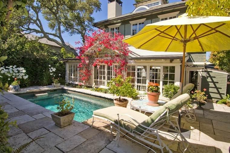 sombrilla amarilla piscina patio trasero