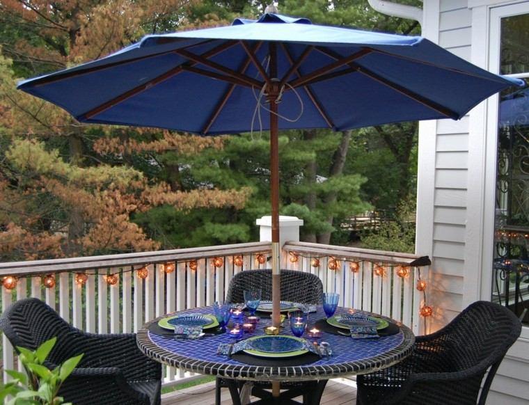 sombrilla-azul-mesa-encimera-mosaico-silla-rattan
