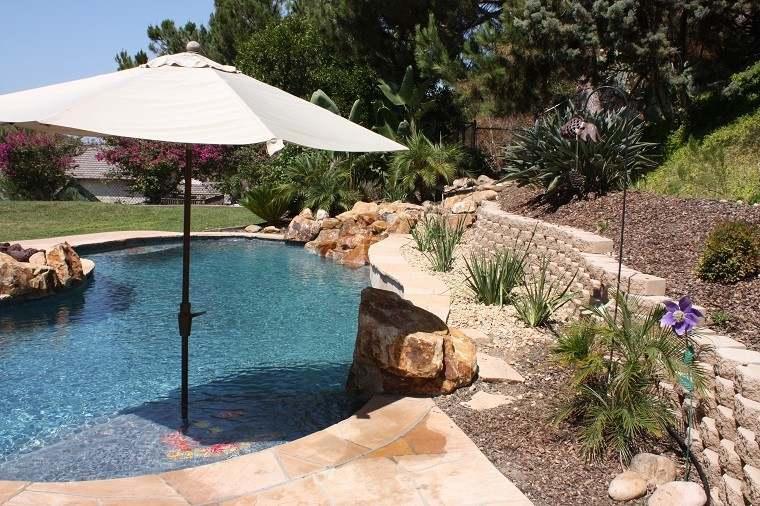 parasol jardin dentro piscina