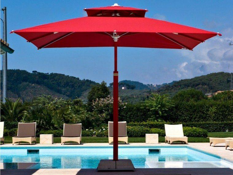 sombrilla roja piscina tumbonas