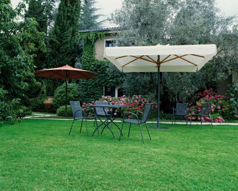 Sombrillas jard n para los d as soleados de verano for Piscina molino de viento y sombrilla