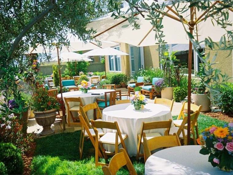 sombrillas jardín cesped blancas ideas modernas