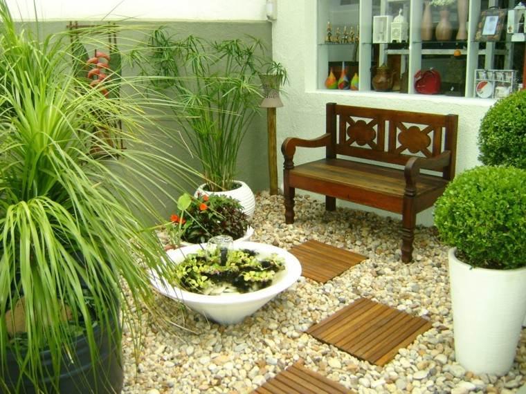 Terraza y jard n con complementos originales for Decoracion de jardines y muros exteriores