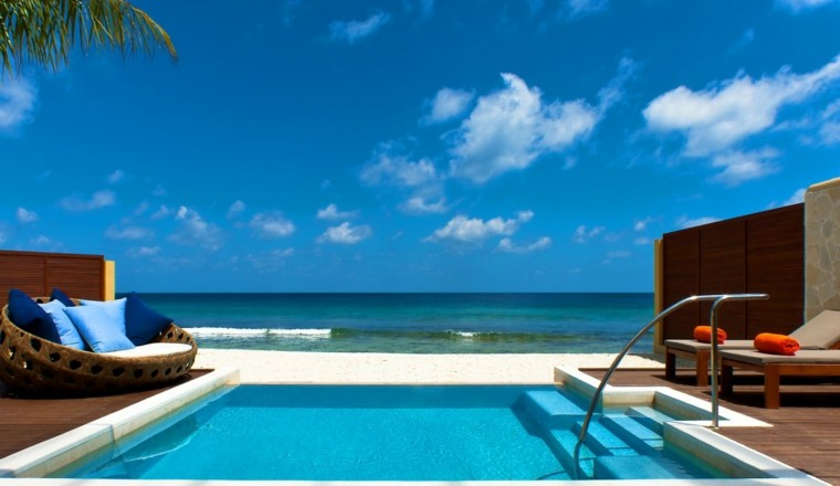 terraza cama cojines azul piscina tumbonas cama