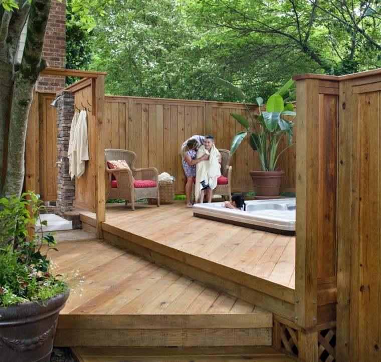terraza ducha baño toallas madera