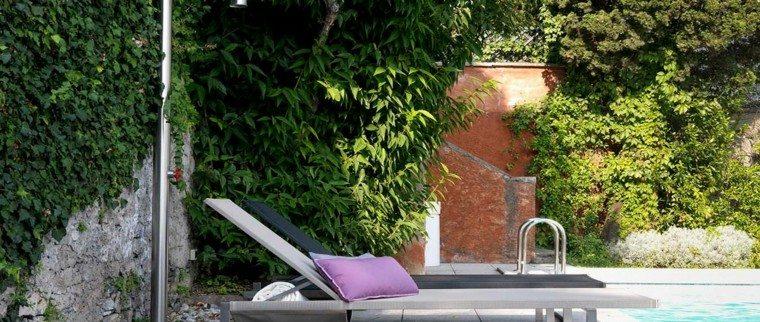 terraza patio tumbona rosa plantas