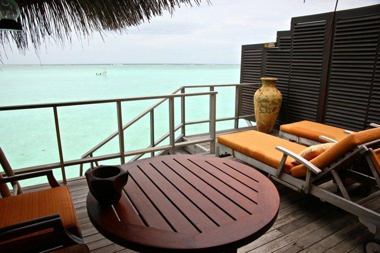 terraza pequena estrecha mesa madera tumbonas ideas