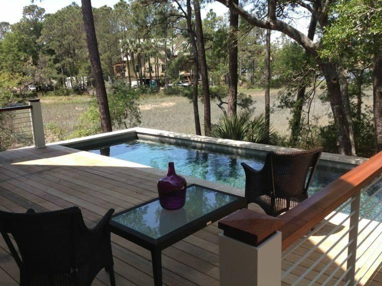 terraza piscina sillas mesa jarron