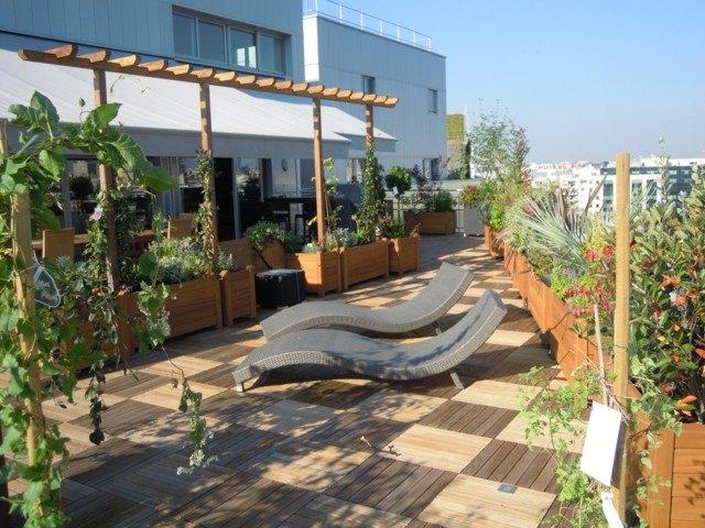 terrazas muebles macetas madera moderna tumbonas