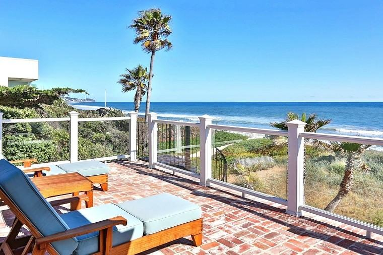 tumbonas madera mesa vistas oceano preciosas palmeras