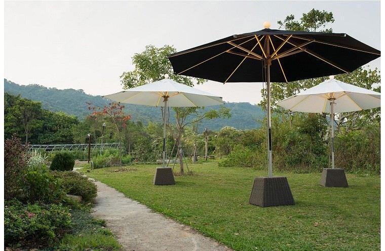varias sombrillas base cemento jardin