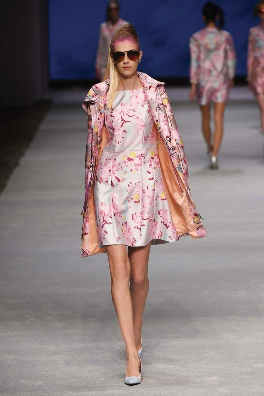 vestido rosa corto pelo rosa