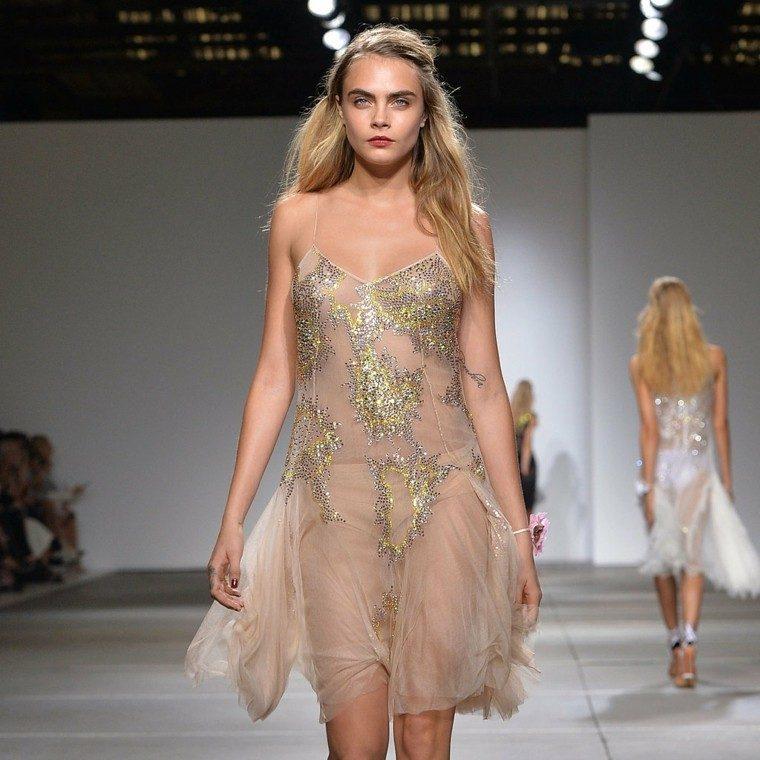 vestido transparente brillo beige rubia