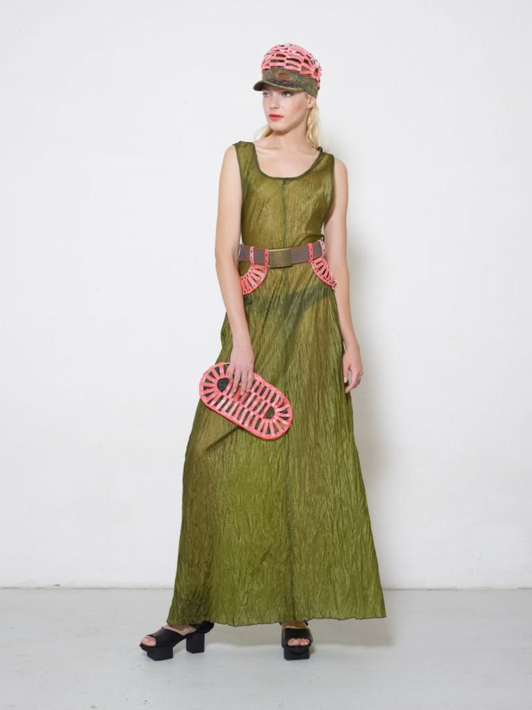 vestido color verde aceituna gorra