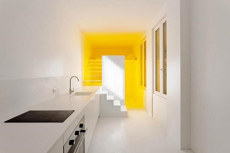 apartamento largo estrecho paredes blancas cocina
