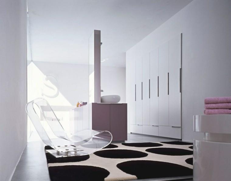 Baño De Lujo Moderno:Silla de plástico transparente un accesorio original para el baño