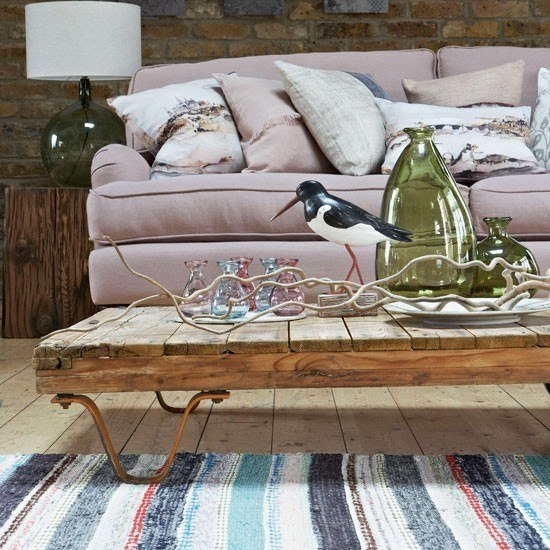alfombra colores claros mesa madera interesante salon ideas