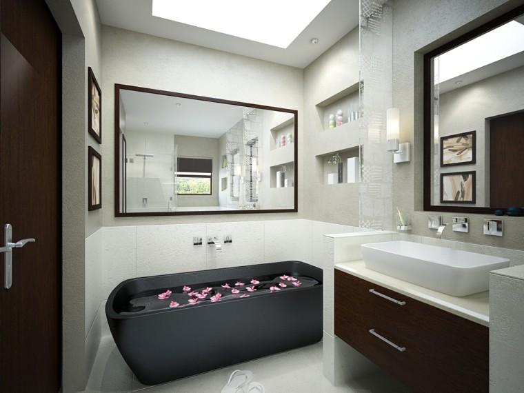 bañera color gris llena petalos