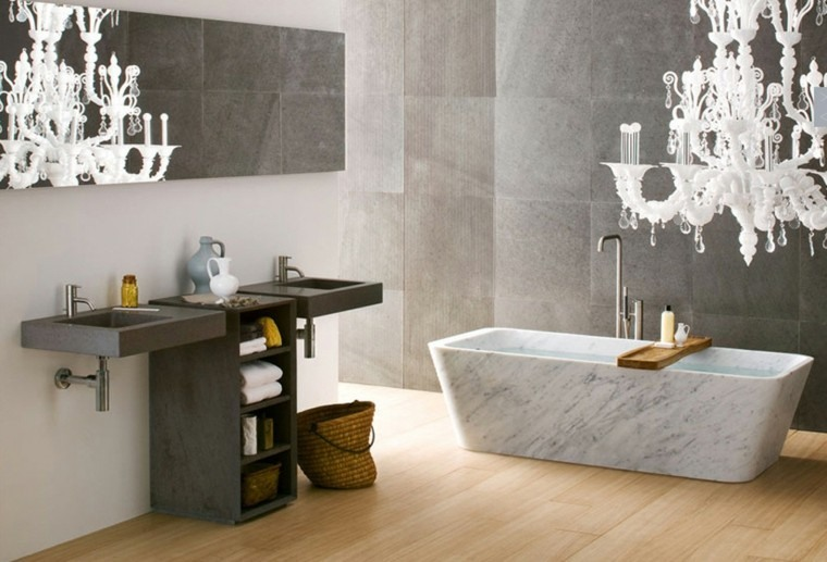 bañera marmol lampara araña blanca