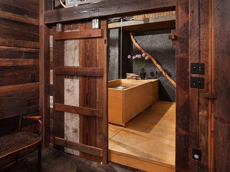 Baños Rusticos Campestres:Puertas correderas de madera para el cuarto de baño