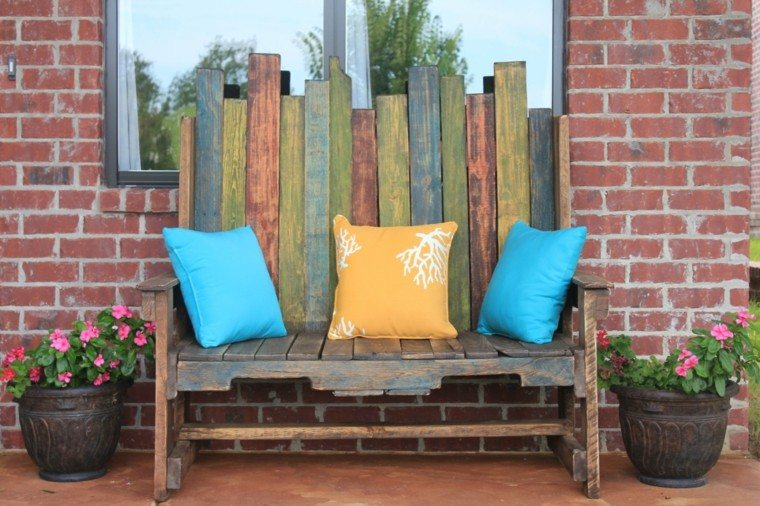 Decoración con palets de colores vibrantes en el jardín -