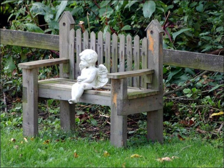 banco madera angelito sentado piedra
