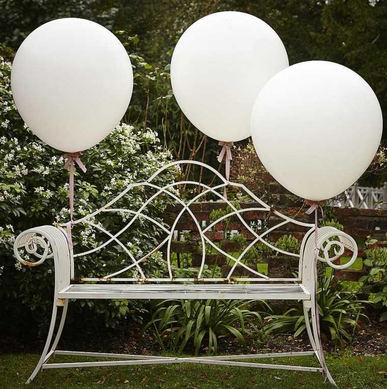 banco metal rejas globos blancos