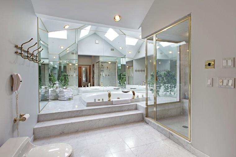 Medidas Regadera De Baño:Cuarto de baño con ducha de lujo, acabados en oro y suelo de mármol