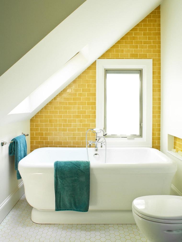 banos pequenos azulejos amarillos vibrante toallas verdes ideas