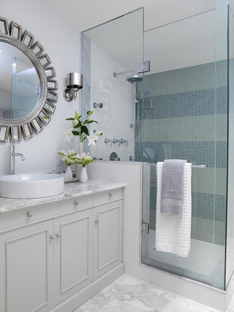 baños pequeños espejo precioso jarones blancos flores ideas