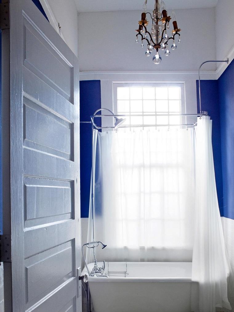 baños pequeños modernos banera ducha pared azul ideas