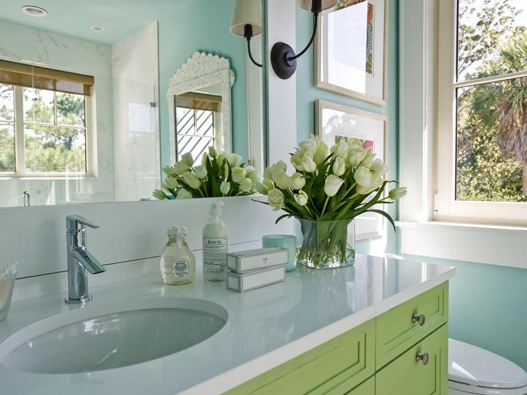 baños pequeños modernos lavabo tulipanes jarron ideas