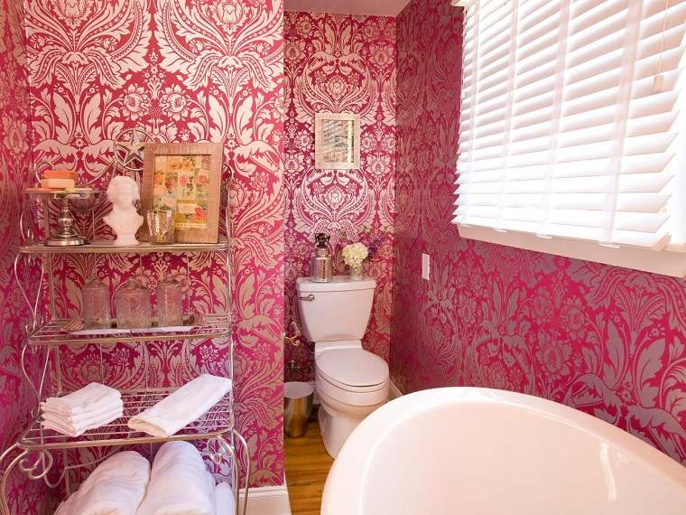 banos pequenos papel pared rosa estanterias aluminio decoraciones ideas