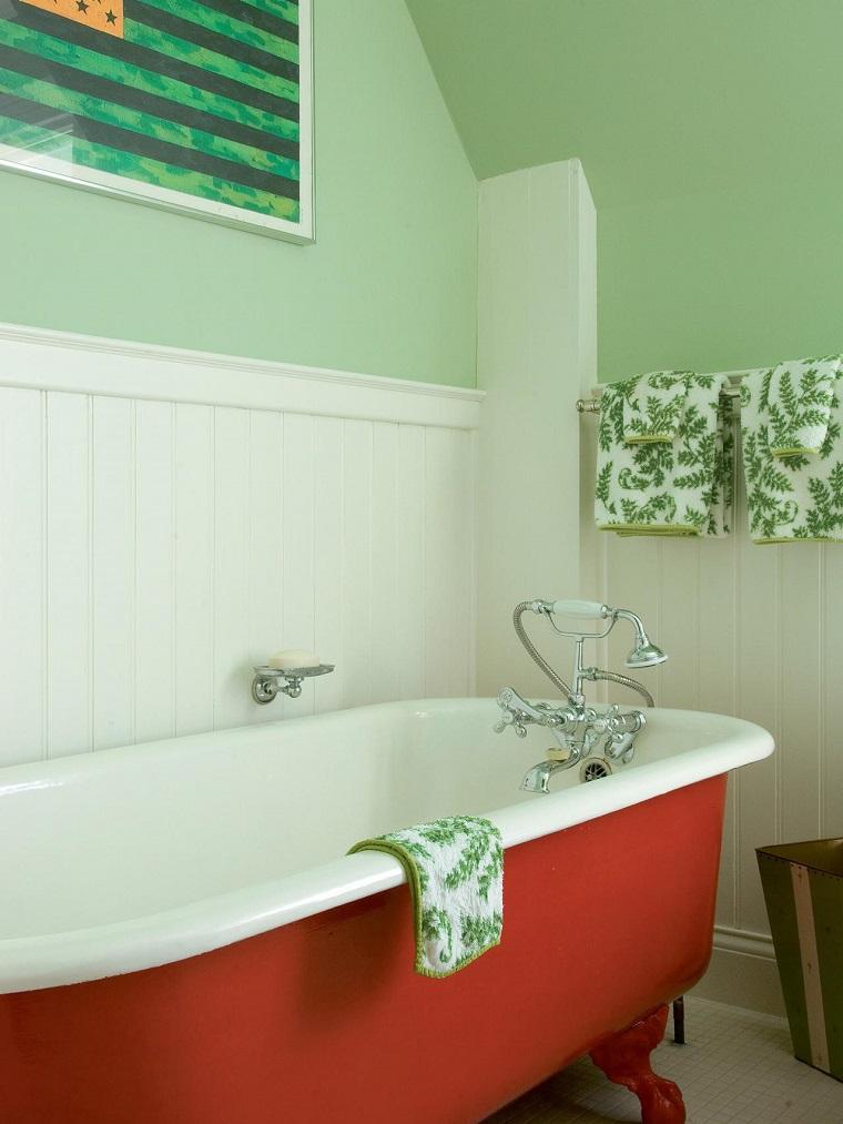 banos pequenos pared madera blanca banera roja ideas