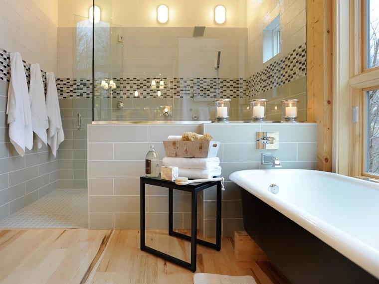 banos pequenos suelo madera muralla ducha cristal ideas