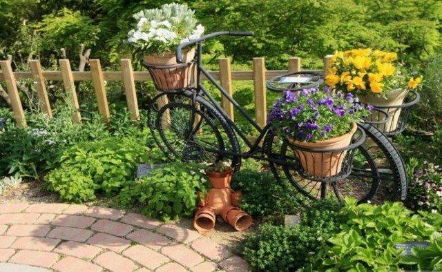 bici vieja jardinera plantas macetas