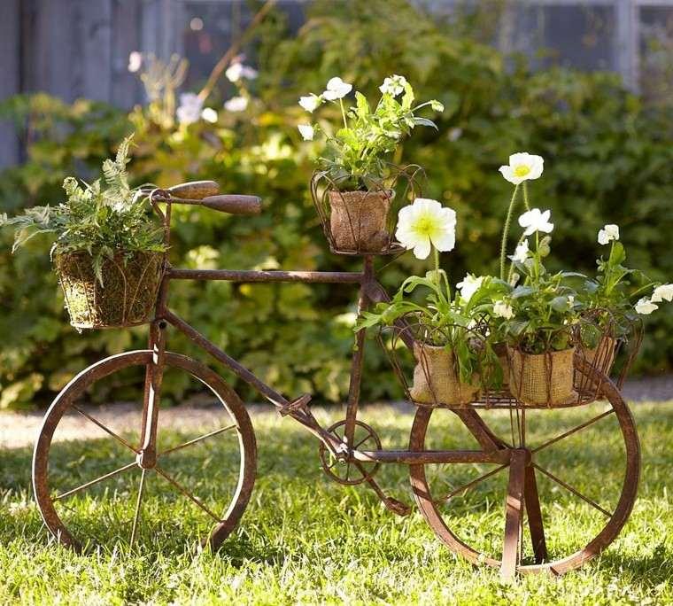bicicleta vieja oxidada jardin