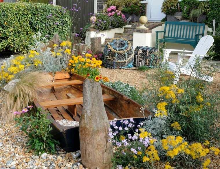 bonita decoracion jardin barca madera