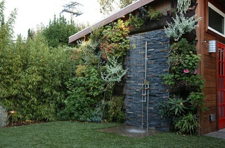 bonita ducha jardin trasero pared