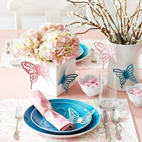 bonita mesa varias mariposas flores
