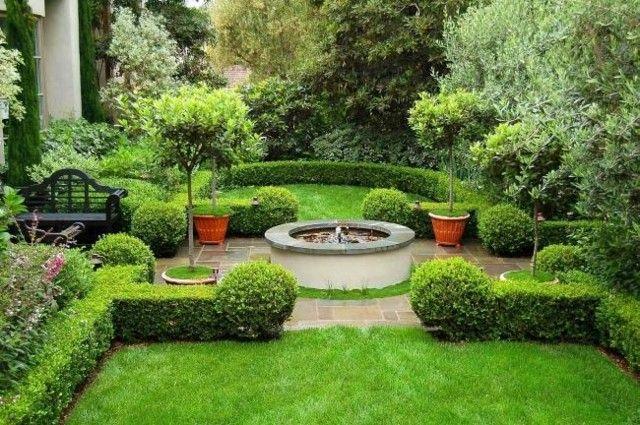 bonito jardin plantas fuente central