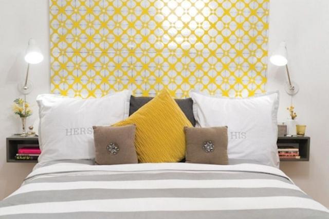 cabecero color amarillo pared blanca