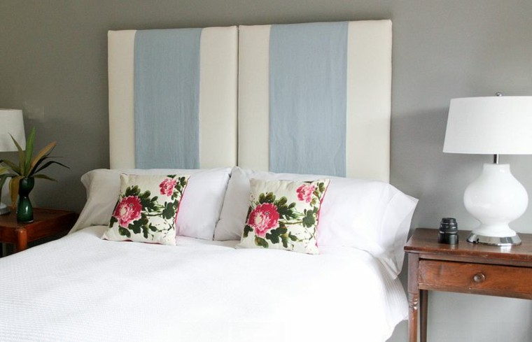 cabecero cama blanco azul cojines flores ideas mesilla noche